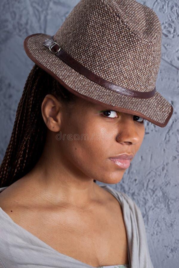 Νέα γυναίκα στο καπέλο στοκ εικόνες