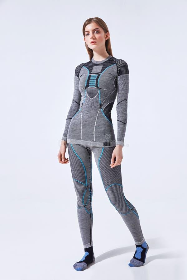 Νέα γυναίκα στο καυτό αθλητικό θερμικό εσώρουχο στο απομονωμένο υπόβαθρο στούντιο στοκ εικόνα