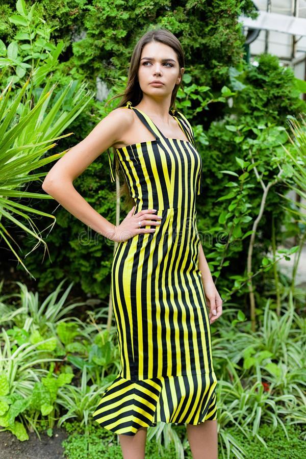 Νέα γυναίκα στο κομψό ριγωτό φόρεμα στοκ φωτογραφία με δικαίωμα ελεύθερης χρήσης