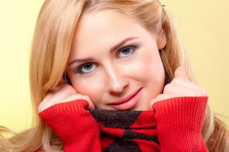 Νέα γυναίκα στο κόκκινο πουλόβερ στοκ φωτογραφία