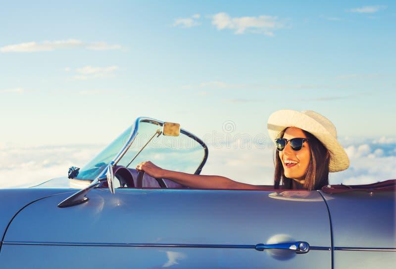 Νέα γυναίκα στο κλασικό εκλεκτής ποιότητας αθλητικό αυτοκίνητο στοκ φωτογραφίες με δικαίωμα ελεύθερης χρήσης