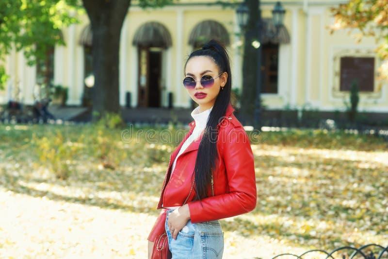 Νέα γυναίκα στο μοντέρνο σακάκι δέρματος στην πόλη στοκ φωτογραφίες