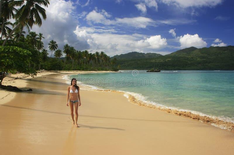 Νέα γυναίκα στο μπικίνι που περπατά στην παραλία Rincon, χερσόνησος Samana στοκ εικόνα με δικαίωμα ελεύθερης χρήσης