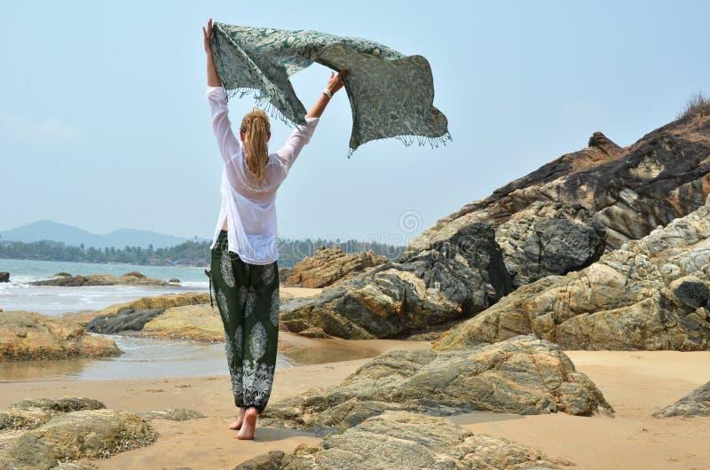 Νέα γυναίκα στο παραδοσιακό φόρεμα punjabi στοκ εικόνα με δικαίωμα ελεύθερης χρήσης