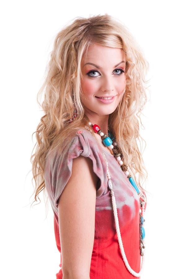 Download Νέα γυναίκα στο πουκάμισο και το περιδέραιο δεσμός-χρωστικών ουσιών. Απομονώστε Στοκ Εικόνα - εικόνα από σγουρός, προσωπικότητα: 13176791