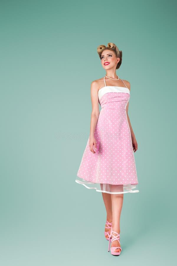 Νέα γυναίκα στο ρόδινο εκλεκτής ποιότητας φόρεμα στοκ φωτογραφία με δικαίωμα ελεύθερης χρήσης