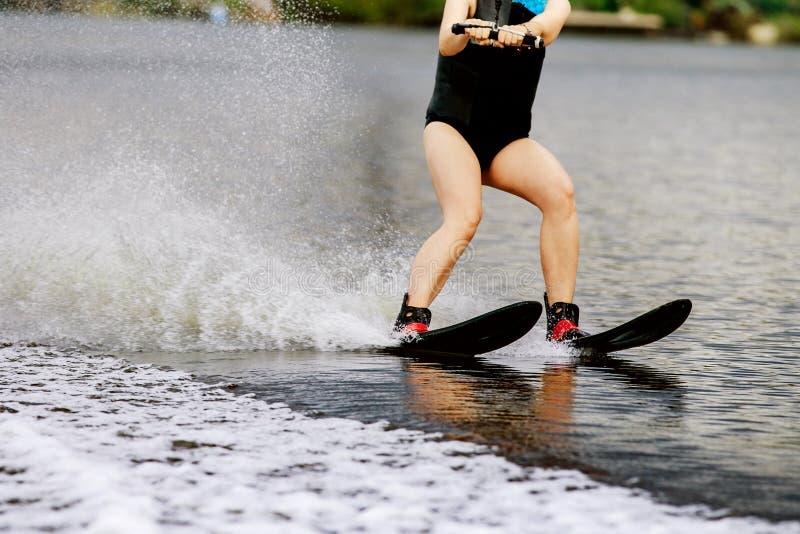 Νέα γυναίκα στο σκι νερού στοκ εικόνα