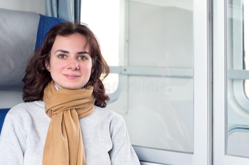 Νέα γυναίκα στο τραίνο στοκ εικόνα με δικαίωμα ελεύθερης χρήσης