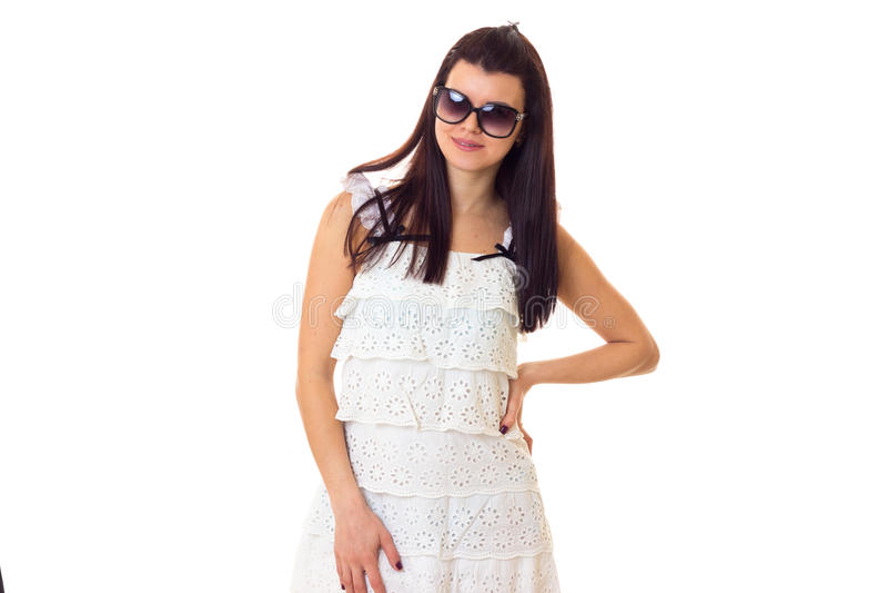Νέα γυναίκα στο φόρεμα δαντελλών με τα γυαλιά ηλίου στοκ φωτογραφίες με δικαίωμα ελεύθερης χρήσης