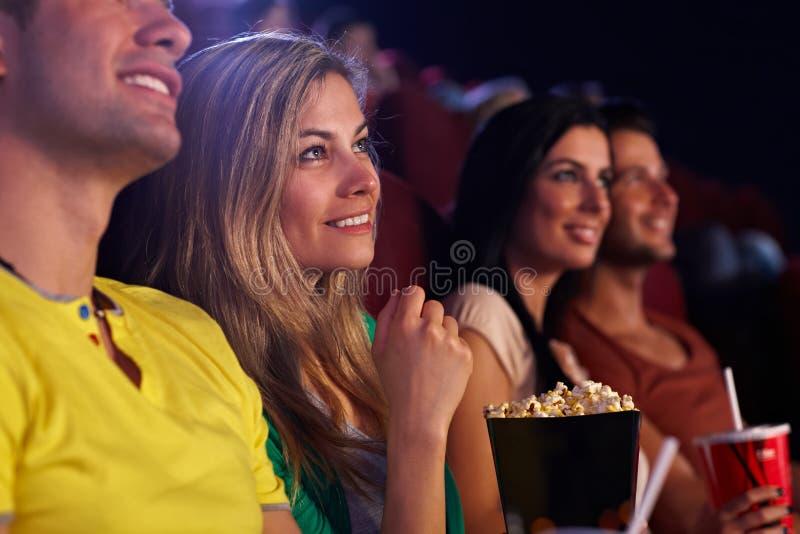 Νέα γυναίκα στο χαμόγελο κινηματογράφων στοκ εικόνα