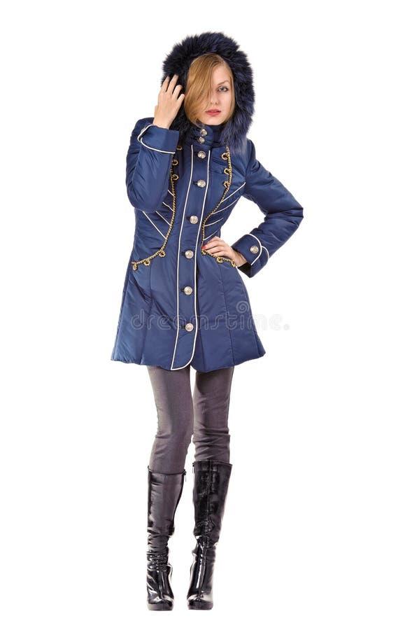 Νέα γυναίκα στο χειμερινό μπλε με κουκούλα σακάκι στοκ εικόνα