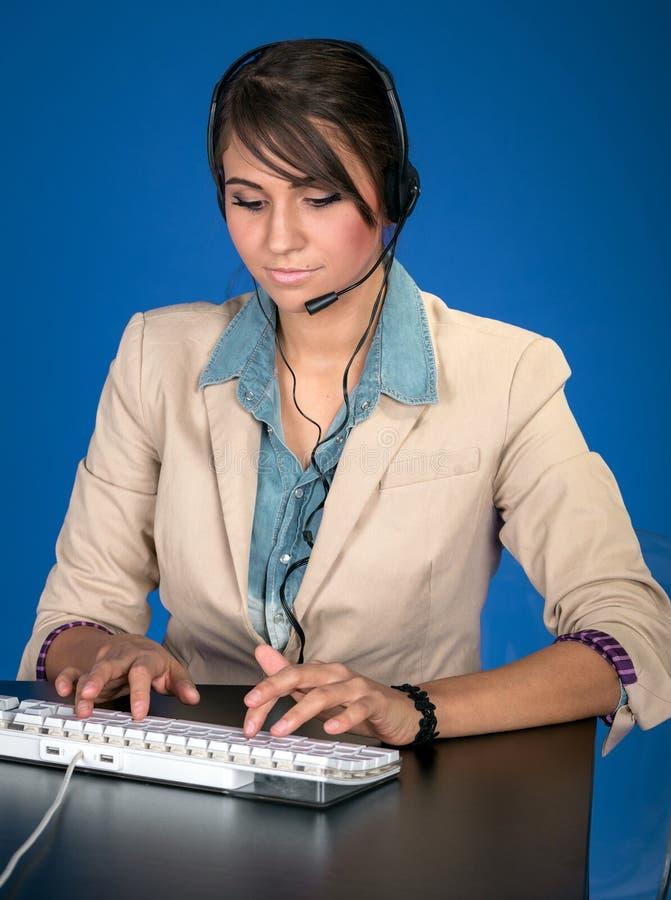 Νέα γυναίκα στο helpdesk στοκ εικόνες