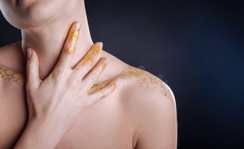 Νέα γυναίκα της Νίκαιας που κρατά το χέρι της στο λαιμό στοκ φωτογραφία με δικαίωμα ελεύθερης χρήσης