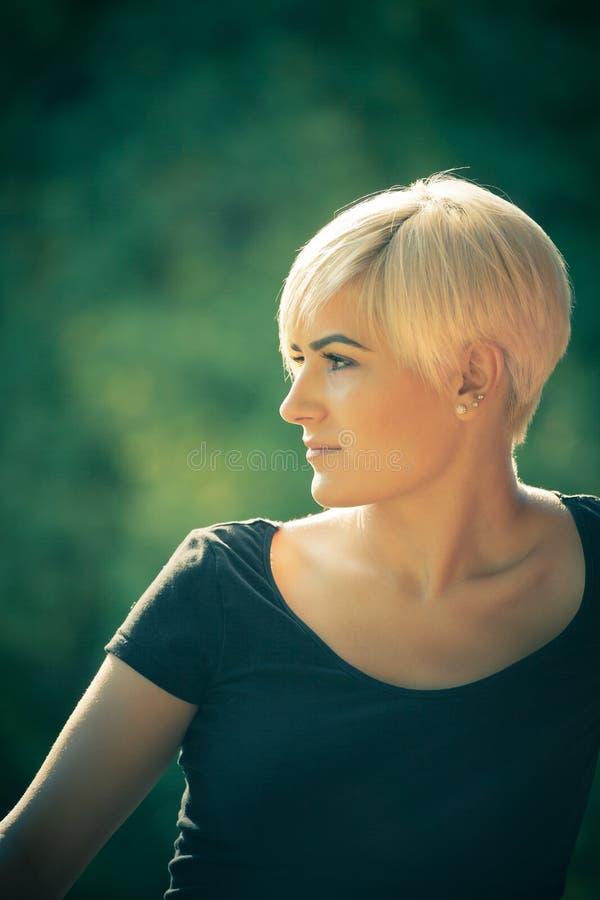 Νέα γυναίκα υπαίθρια στοκ φωτογραφίες