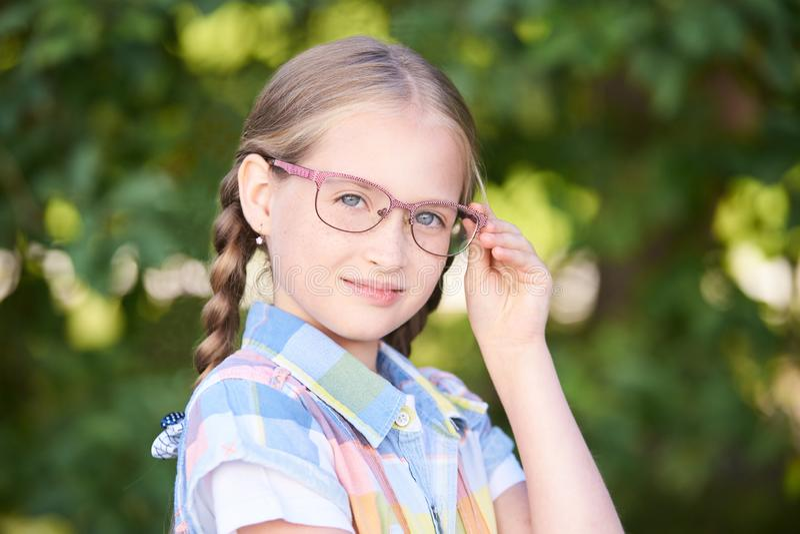 Νέα γυναίκα φιλοσόφων που ονειρεύεται ευτυχή thoughful Σπουδαστής κοριτσιών στοκ φωτογραφία με δικαίωμα ελεύθερης χρήσης