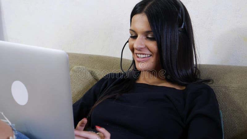 Νέα γυναίκα, χειριστής εξυπηρέτησης πελατών με την κάσκα στοκ εικόνες