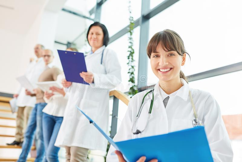 Νέα γυναίκα ως γιατρό ή νοσοκόμα στοκ εικόνα