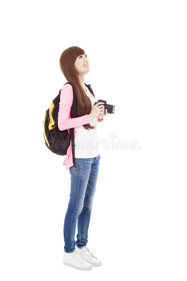 Νέα γυναίκα backpacker που κρατά μια κάμερα στοκ εικόνες