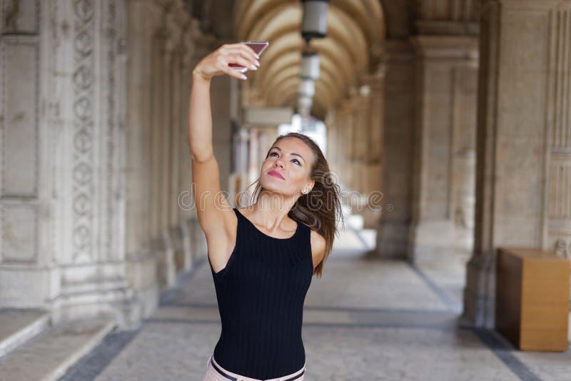 Νέα γυναίκα brunette που παίρνει selfie από το smartphone στην πόλη με το ol στοκ εικόνες με δικαίωμα ελεύθερης χρήσης