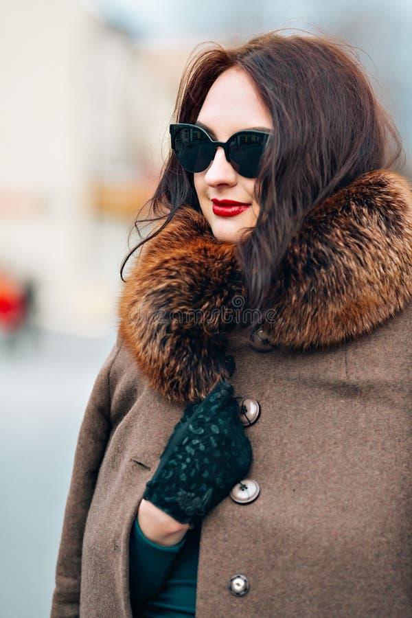 Νέα γυναίκα glamor μόδας υπαίθρια προκλητική με την κομψή μακροχρόνια σκοτεινή φθορά κοριτσιών brunette τρίχας όμορφη νέα μοντέρν στοκ εικόνες
