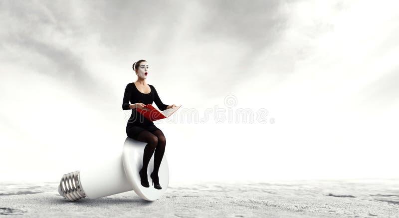 Νέα γυναίκα mime Μικτά μέσα στοκ εικόνες