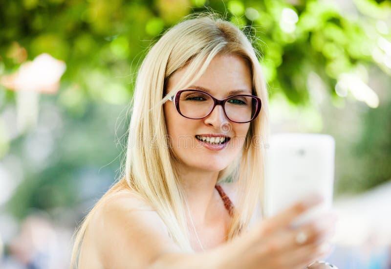 Νέα γυναίκα selfie στοκ εικόνα με δικαίωμα ελεύθερης χρήσης