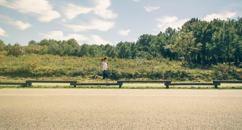 Νέα γυναίκα sportswear που τρέχει σε έναν διάδρομο στοκ εικόνα με δικαίωμα ελεύθερης χρήσης