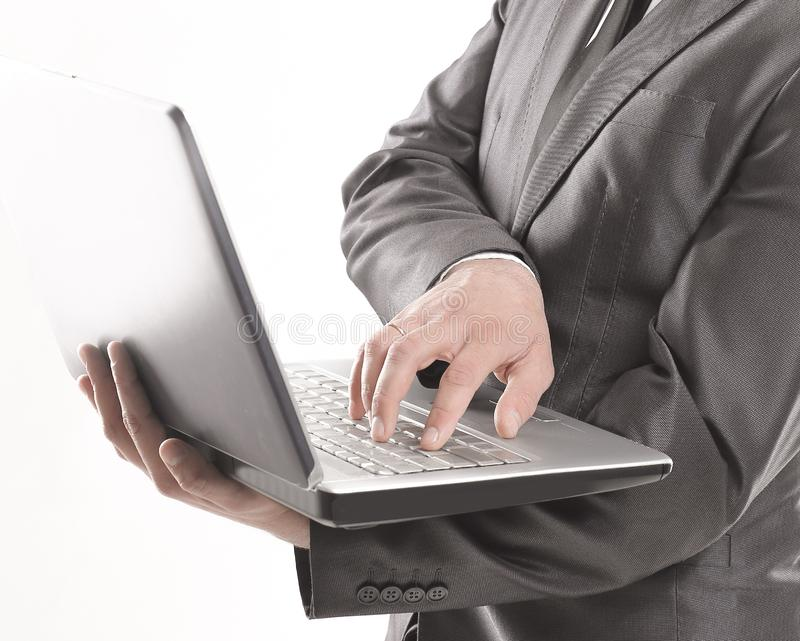 Νέα δακτυλογράφηση επιχειρηματιών στο lap-top r στοκ φωτογραφίες με δικαίωμα ελεύθερης χρήσης