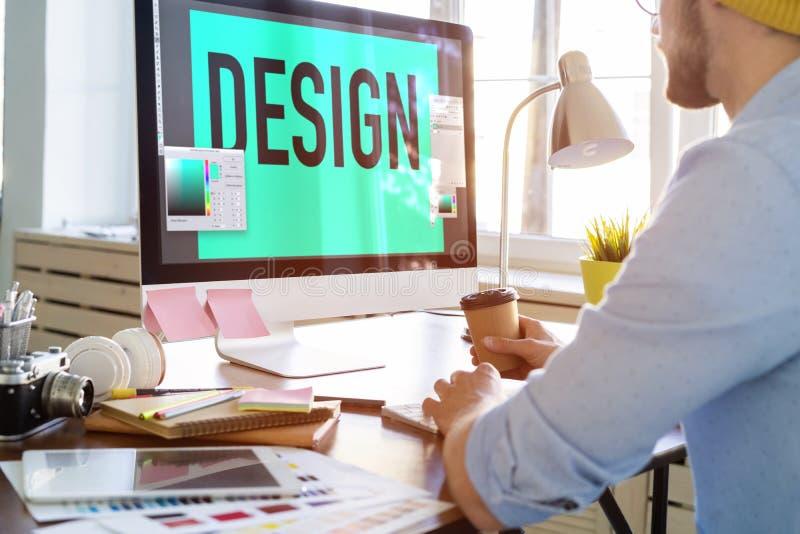 Νέα δημιουργική συνεδρίαση διευθυντών στον πίνακά του και εργασία στον υπολογιστή στοκ φωτογραφίες με δικαίωμα ελεύθερης χρήσης