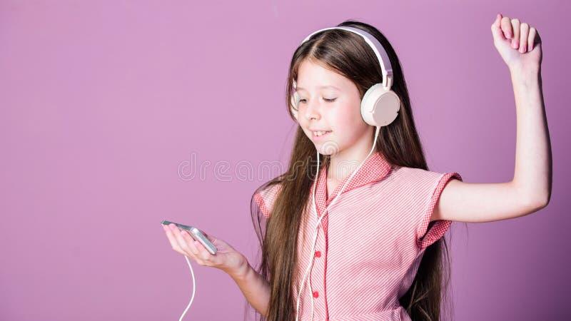 Νέα εγχώρια εκπαίδευση playlist μελέτη παιδιών σε απευθείας σύνδεση Ε που μαθαίνει με το ebook το κορίτσι ακούει τη μουσική Ακουσ στοκ φωτογραφία
