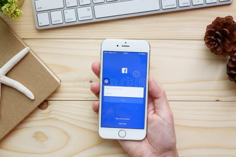 Νέα εικονίδια Facebook αφής γυναικών στο iPhone της Apple 6s στοκ εικόνα