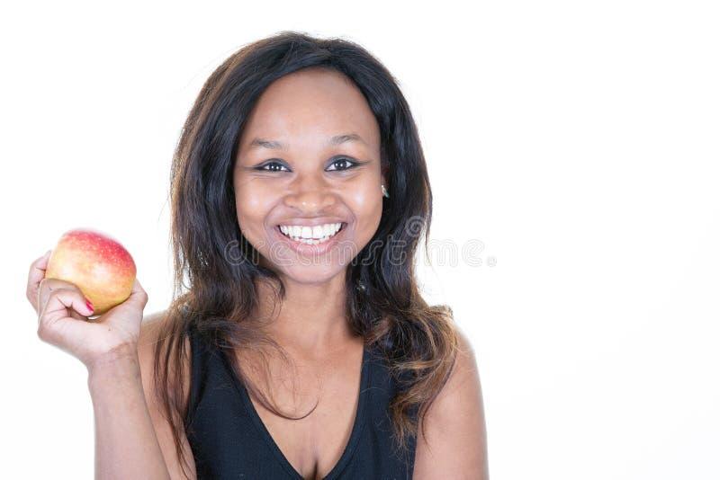 Νέα εκμετάλλευση γυναικών αφροαμερικάνων για την κατανάλωση ενός μήλου στοκ εικόνα