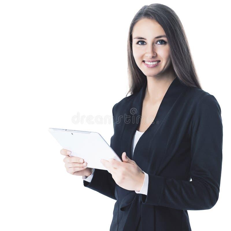 Νέα, ελκυστική, επιτυχής επιχειρησιακή κυρία, που ερευνά τη συνεργασία που χρησιμοποιεί την ταμπλέτα στοκ εικόνα