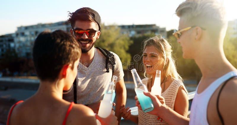 Νέα ενεργητική ομάδα ανθρώπων που έχει τη διασκέδαση στοκ φωτογραφίες