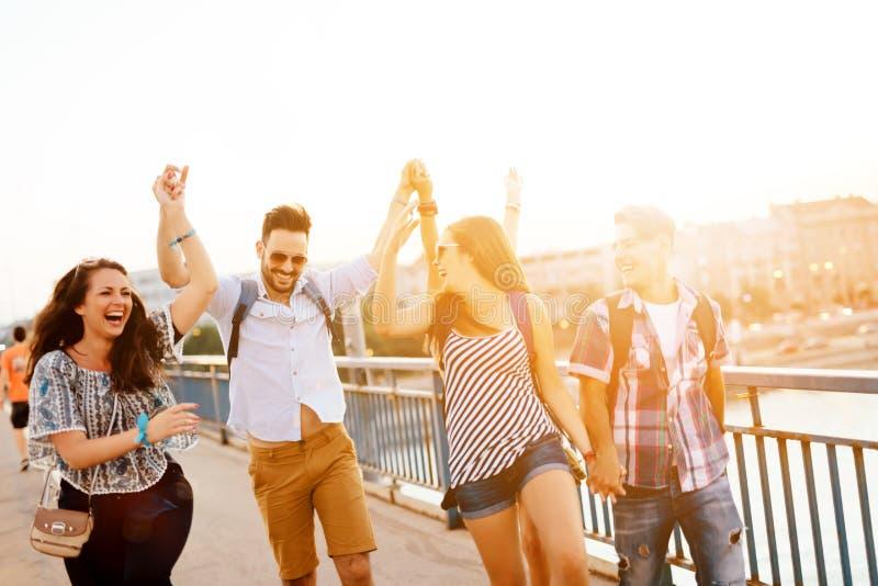 Νέα ενεργητική ομάδα ανθρώπων που έχει τη διασκέδαση στοκ φωτογραφίες με δικαίωμα ελεύθερης χρήσης