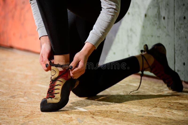 Νέα ενεργός γυναίκα που προετοιμάζεται για Bouldering στον τεχνητό βράχο στην αναρρίχηση της γυμναστικής Ακραίος αθλητισμός και ε στοκ φωτογραφίες