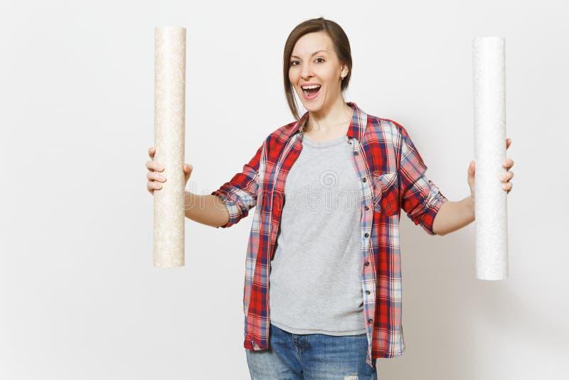 Νέα ενθουσιασμένη όμορφη γυναίκα στα περιστασιακά ενδύματα που κρατά τους ρόλους ταπετσαριών απομονωμένους στο άσπρο υπόβαθρο Όργ στοκ εικόνες με δικαίωμα ελεύθερης χρήσης