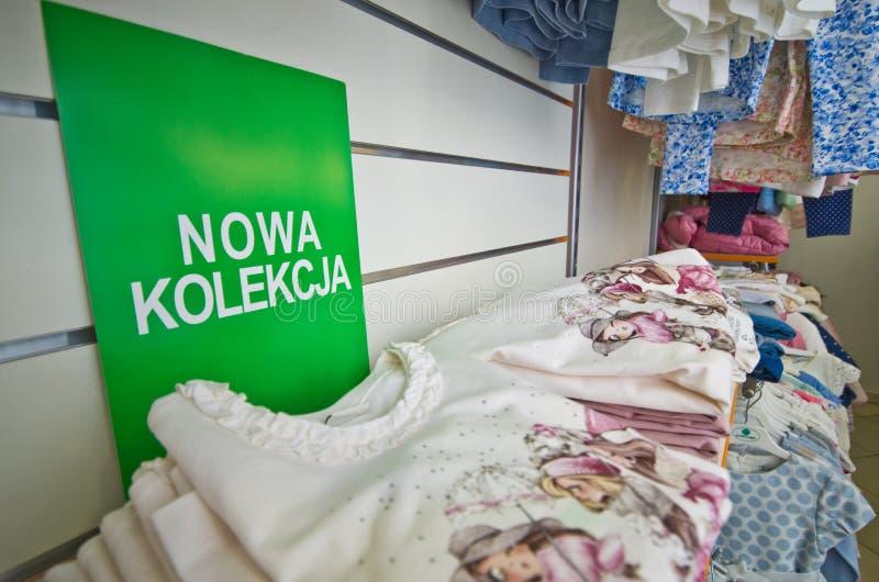 Νέα ενδύματα των FO συλλογής στο πολωνικό κατάστημα στοκ εικόνες