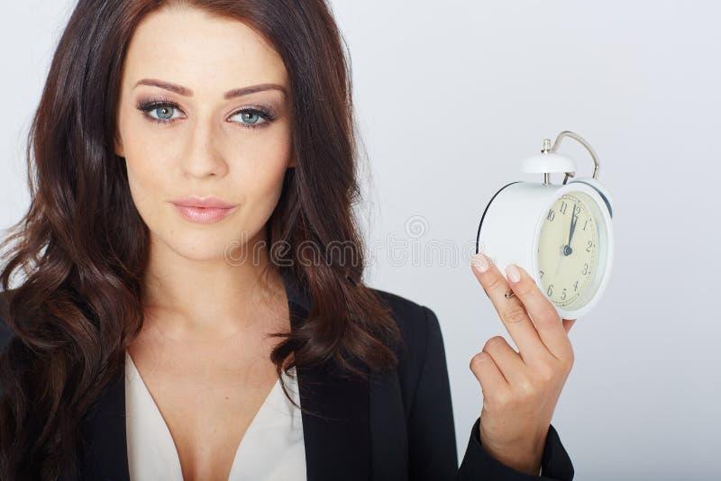 Νέα επιχειρηματίας με ένα ξυπνητήρι στοκ εικόνες με δικαίωμα ελεύθερης χρήσης