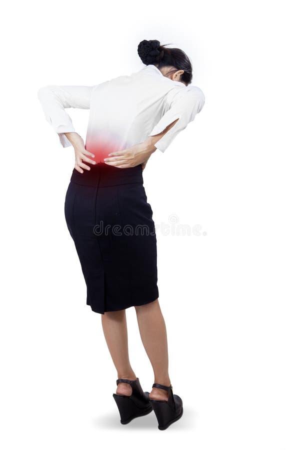 Νέα επιχειρηματίας που έχει τον πόνο στην πλάτη στοκ εικόνες