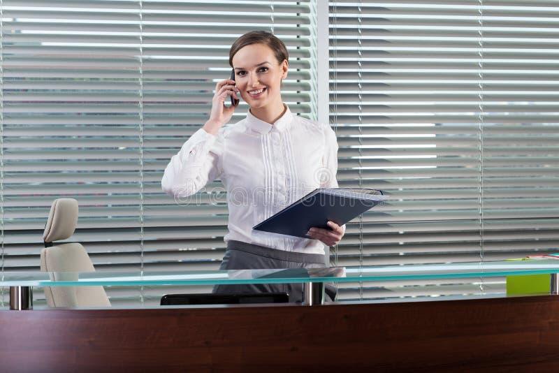Νέα επιχειρηματίας που είναι στο τηλέφωνο στοκ εικόνες με δικαίωμα ελεύθερης χρήσης