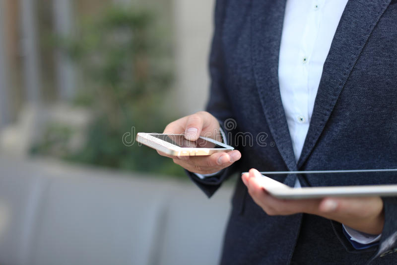 Νέα επιχειρηματίας που εργάζεται με τις σύγχρονες συσκευές, στοκ φωτογραφίες
