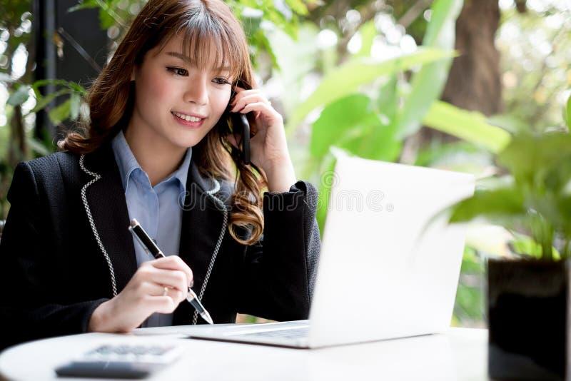 Νέα επιχειρηματίας που εργάζεται με το κινητό γραφείο lap-top και documentsin, επιχειρησιακή έννοια στοκ φωτογραφίες με δικαίωμα ελεύθερης χρήσης