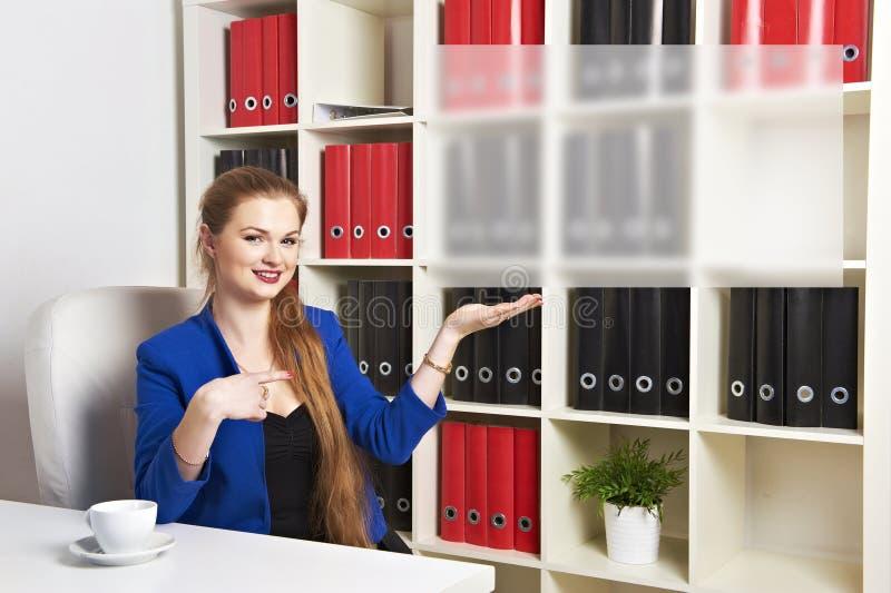 Νέα επιχειρηματίας που κρατά το άσπρο κενό έμβλημα στοκ φωτογραφία με δικαίωμα ελεύθερης χρήσης