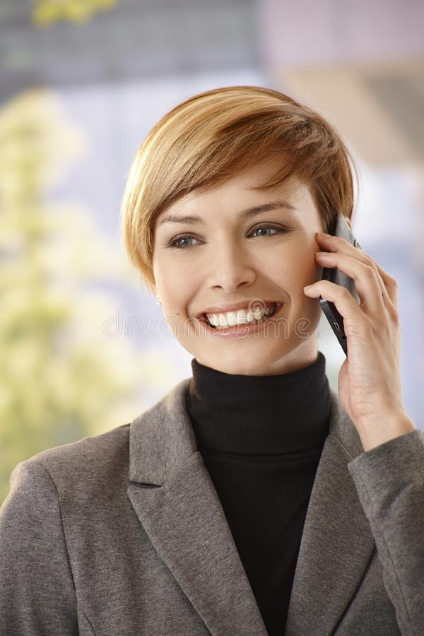 Νέα επιχειρηματίας που μιλά σε κινητό στοκ εικόνες