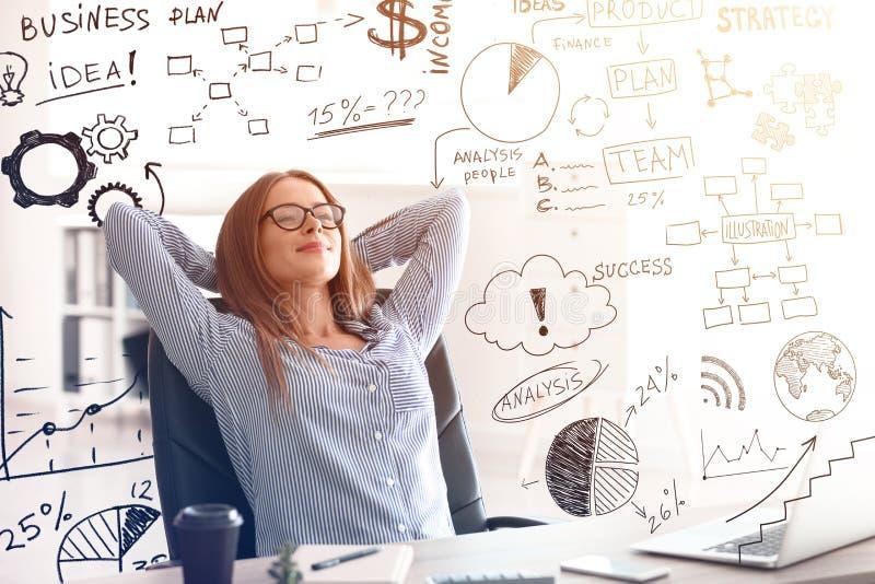 Νέα επιχειρηματίας που χαλαρώνουν και στρατηγική ανάπτυξης επιχείρησης προγραμματισμού στην αρχή στοκ φωτογραφία με δικαίωμα ελεύθερης χρήσης