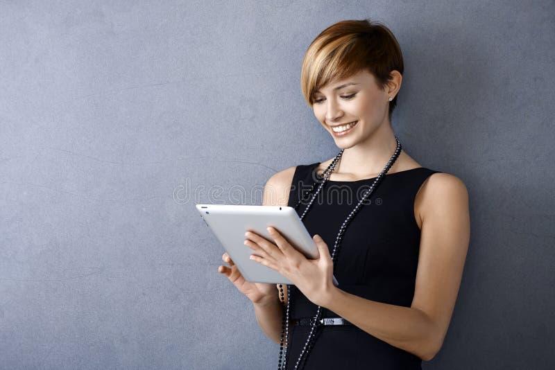 Νέα επιχειρηματίας που χρησιμοποιεί την ταμπλέτα στοκ εικόνα