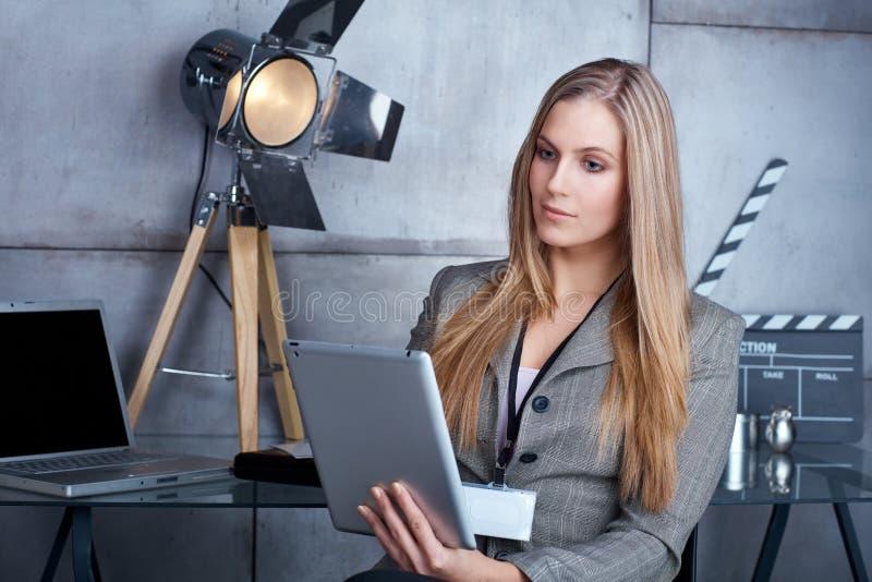 Νέα επιχειρηματίας που χρησιμοποιεί την ταμπλέτα στοκ εικόνα με δικαίωμα ελεύθερης χρήσης
