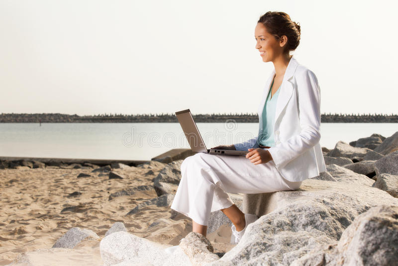 Νέα επιχειρηματίας στην παραλία στοκ εικόνες με δικαίωμα ελεύθερης χρήσης