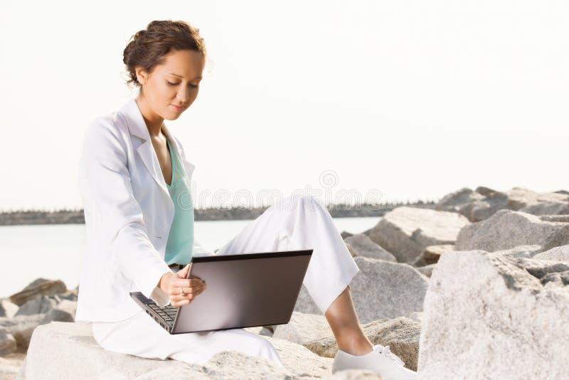 Νέα επιχειρηματίας στην παραλία στοκ φωτογραφία με δικαίωμα ελεύθερης χρήσης